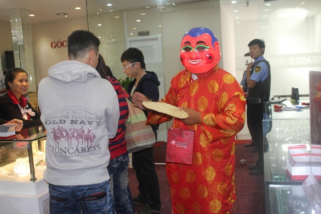 ông địa tặng quà cho khách mua sắm tại Trng