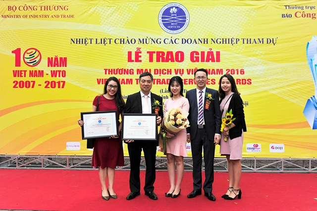 CBNV chụp ảnh lưu niệm cùng đại diện Ban lãnh đạo Tập đoàn tại Lễ trao giải