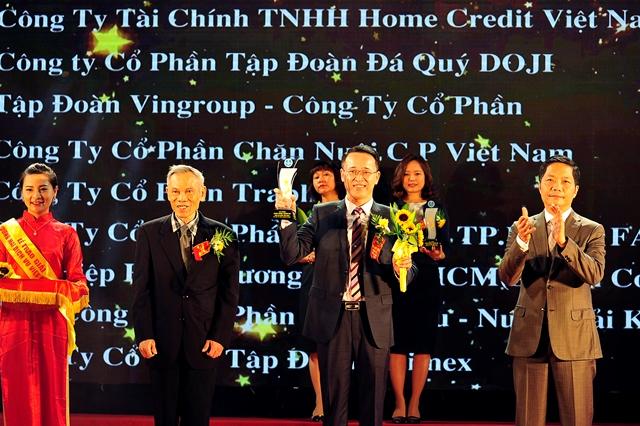 Ông Nguyễn Thanh Quang – Trưởng phòng Hành chính Tổng hợp Tập đoàn, đại diện Tập đoàn nhận giải thưởng Doanh nghiệp xuất sắc 2016.