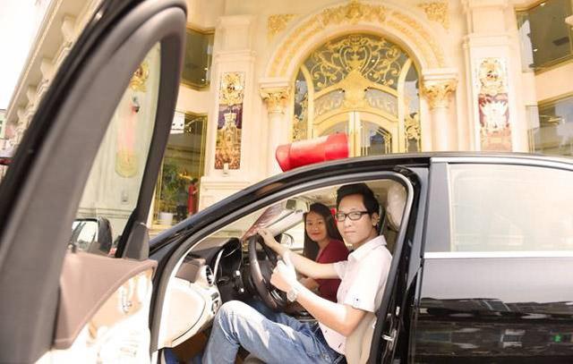 giao-xe-mercedes-c250-cho-vi-khach-may-man-nhat-tai-tuan-le-trang-suc-2019-02