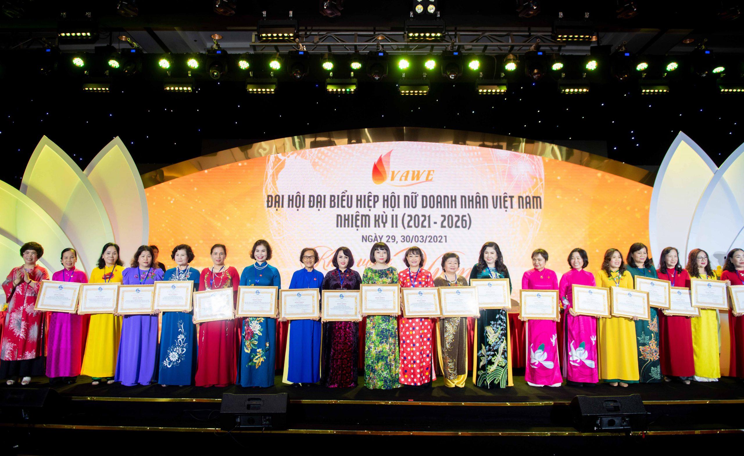 Phó Chủ tịch Đỗ Vũ Phương Anh đón nhận Bằng khen của Hội Liên hiệp Phụ nữ Việt Nam