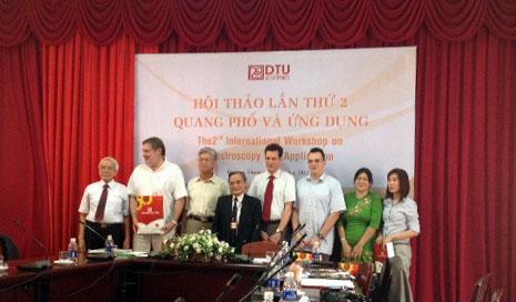 Đại diện Tập đoàn DOJI trình bày báo cáo tại Hội thảo Quốc tế về Quang Phổ & Ứng dụng lần thứ II